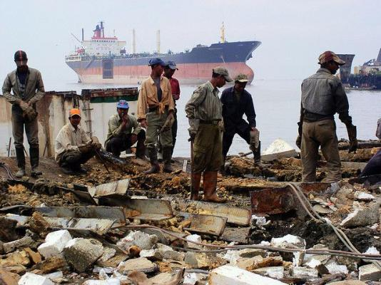 Shipbreaking workers in Bangladesh handle asbestos and other dangerous materials. Photo by Adam Cohn/Flickr